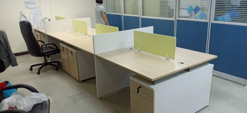 ช่างเข้าติดตั้งโต๊ะทำงาน โต๊ะออฟฟิศ