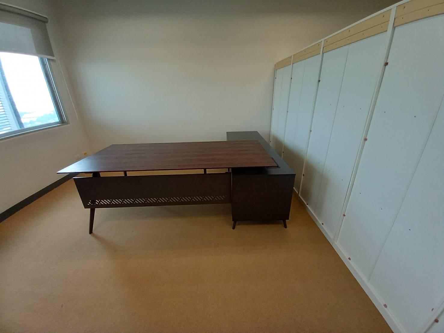 ช่างเฟอร์นิเจอร์ ติดตั้งโต๊ะสักนักงาน ทรงตัวแอล