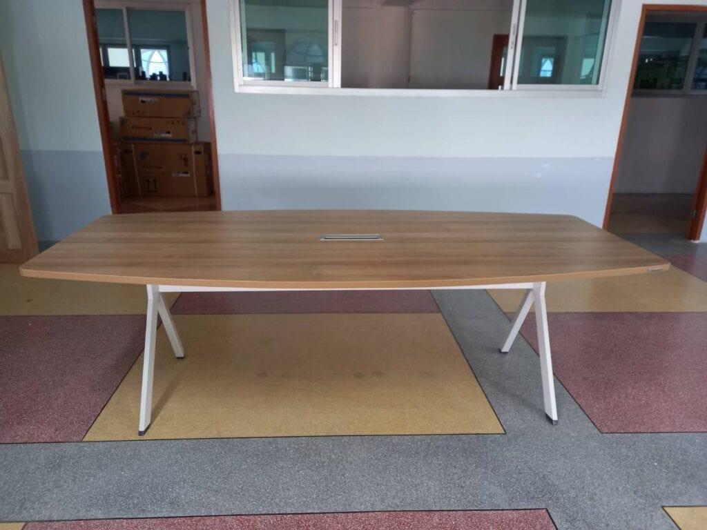 ช่างเฟอร์นิเจอร์ติดตั้งโต๊ะประชุมทรงเรือ