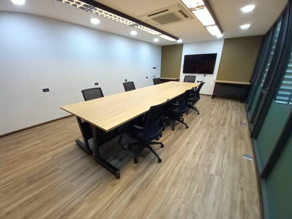 ช่างเฟอร์นิเจอร์ติดตั้งโต๊ะประชุมพร้อมเก้าอี้สำนักงาน