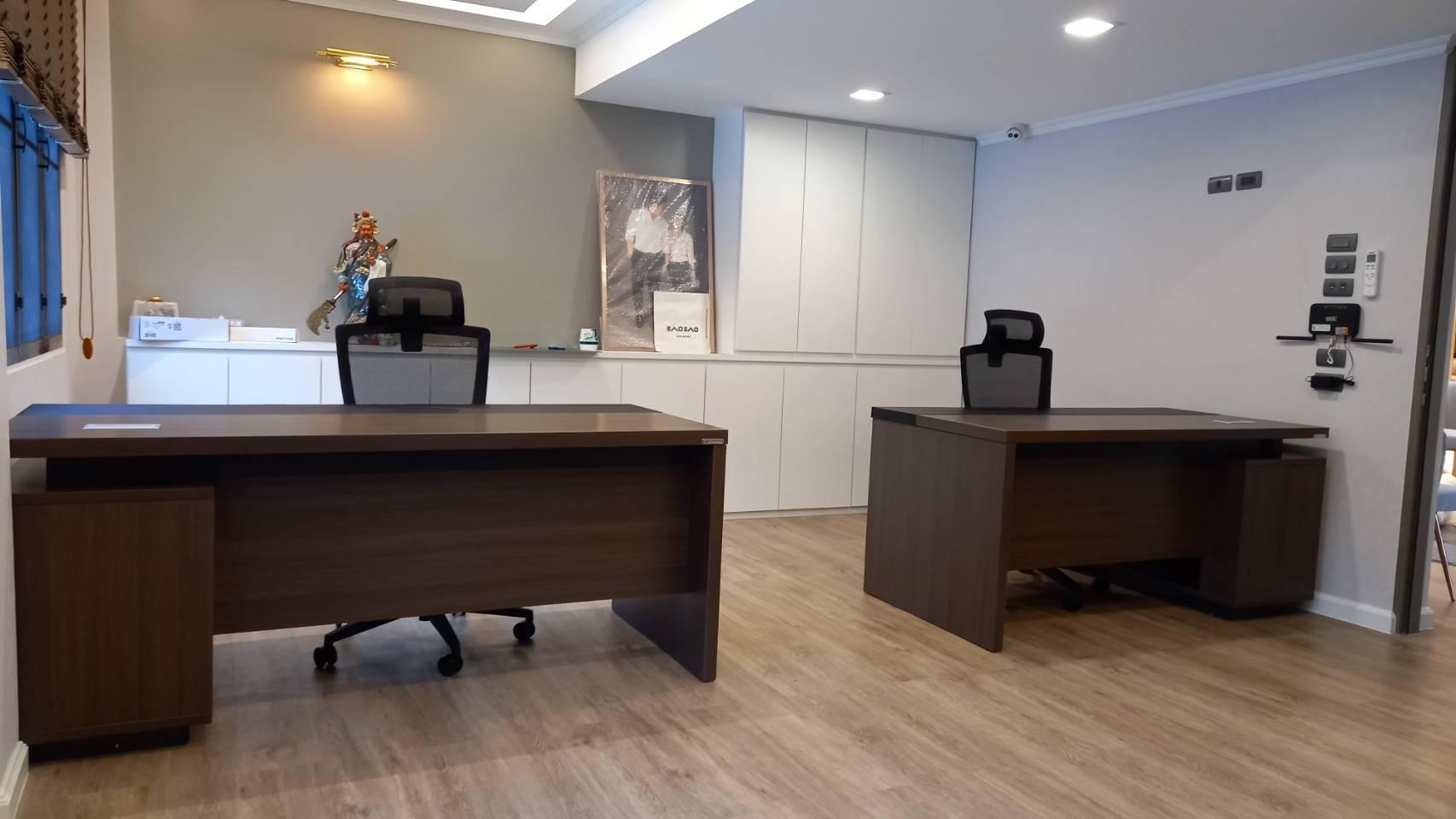 ติดตั้งโต๊ะสำนักงาน พร้อมเก้าอี้เพื่อสุขภาพ